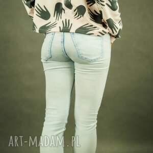krótka bluza bluzy łapciuch w pudrowym różu z nadrukiem