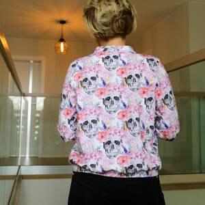 niekonwencjonalne bluzy dzianinowa kurtka bombeka jest elementem street style