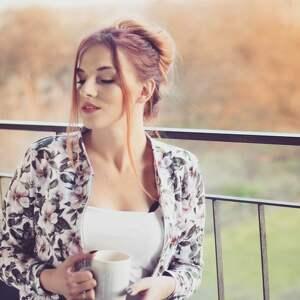 białe bluzy flora zjawiskowa kurtka bomberka damska