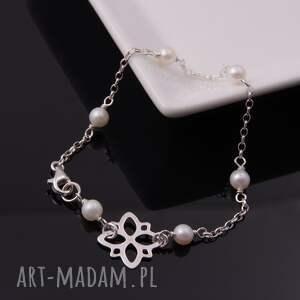 gustowne bransoletki srebrna delikatna bransoletka z białych