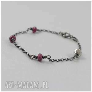nietypowe bransoletka rubiny na srebrnym łańcuszku