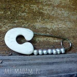 wyjątkowe broszki perły broszka agrafka z szarymi