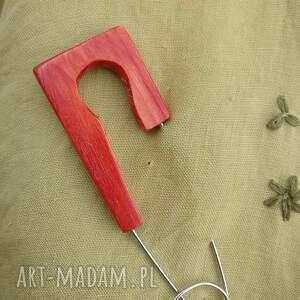 broszki czerwona broszka bizuteria z drewna