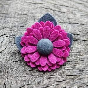 różowe broszki broszka przypinka kwiatuszek z filcu merino