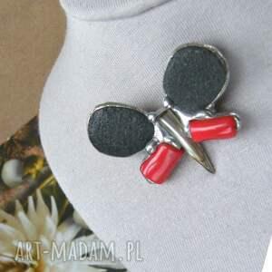 szare broszki koral broszka: motyl czarno czerwony
