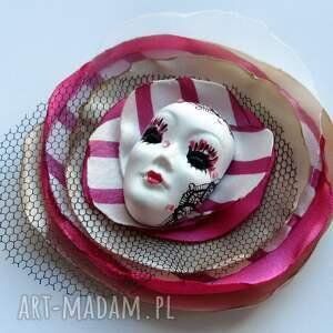białe broszki broszka z kolekcji masquerade