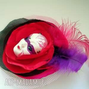 pióra broszki czerwone broszka z kolekcji masquerade