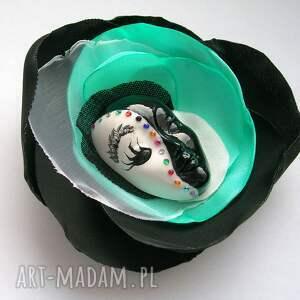 białe broszki maska broszka z kolekcji masquerade -