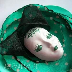 białe broszki maska broszka z kolekcji masquerade