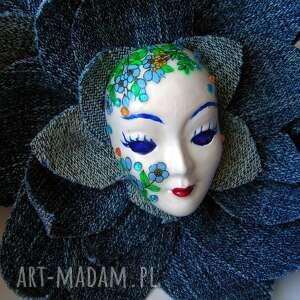 turkusowe broszki broszka masquerade - pani wiosna w jeansach