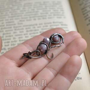ręczne wykonanie broszka do szala pudrowy fiolet