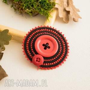 ręczne wykonanie broszki guzik sutaszowa broszka z czerwonym