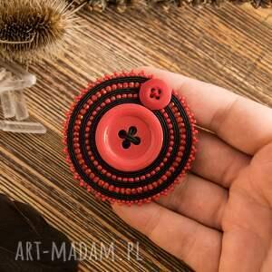 ręczne wykonanie broszki sutaszowa broszka z czerwonym