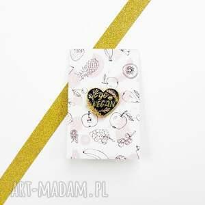 handmade broszki przypinka vegan w kształcie serca