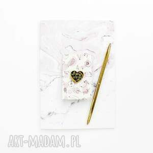różowe broszki vegan przypinka w kształcie serca