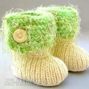 beżowe buciki zrobione na drutach z włóczki