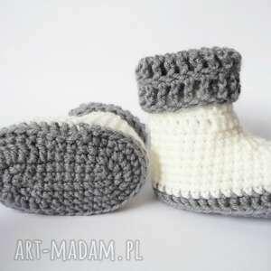 białe buciki szydełkowe