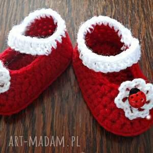 czerwone buciki szydełkowe dziewczęce