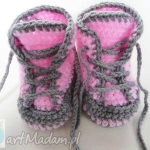 różowe buciki szydełkowe trampki