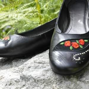 niekonwencjonalne buty góralskie balerinki z haftem