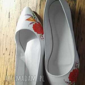 atrakcyjne buty folk baleriny ślubne z czerwonym kwiatem
