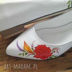 atrakcyjne buty góralski baleriny ślubne z czerwonym kwiatem