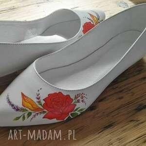 folk buty czerwone baleriny ślubne z czerwonym kwiatem