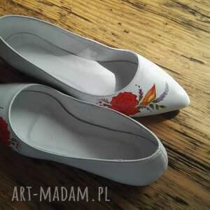 białe buty malowane baleriny ślubne z czerwonym kwiatem