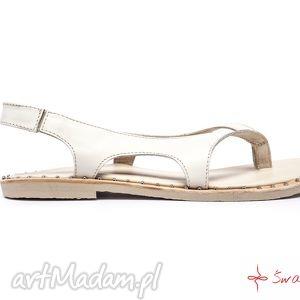 góralskie buty białe sandały