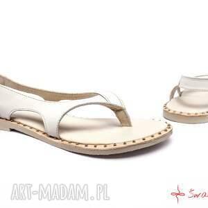 beżowe buty ludowe góralskie sandały białe
