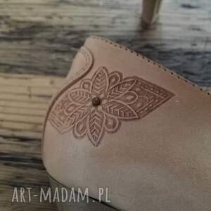 folk buty srebrne góralskie szpilki tłoczone serca