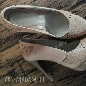 beżowe buty tłoczone góralskie szpilki serca