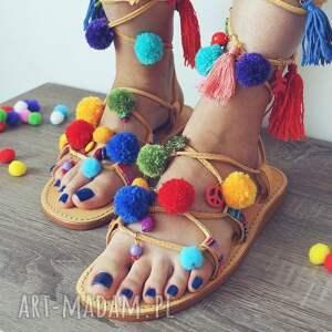 40 - Kolorowe rzymianki z pomponami w stylu boho sandały
