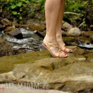 folk buty nietuzinkowe sandały, które trzymają stopę
