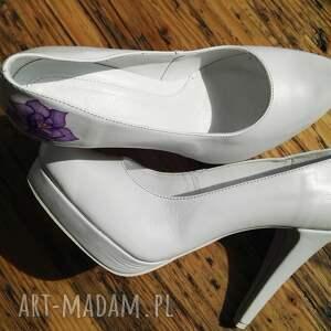 buty róża ślubne szpilki z fioletowym kwiatem