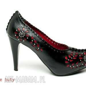 trendy buty góralskie szpilki czerwona wycinanka