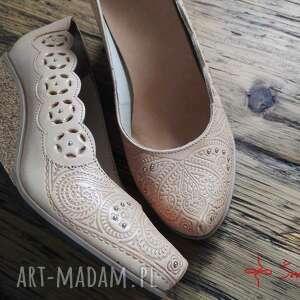 białe buty folk tłoczone serca na korku, rozmiar 37