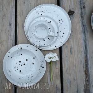 ceramika białe komplet naczyń nakrapianych