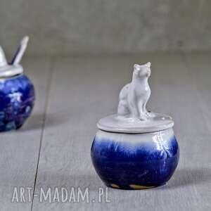 niebieskie ceramika na prezent mała cukiernica z figurką kota |