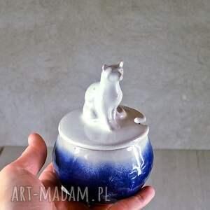 ceramika: Mała cukiernica z figurką kota | Granat | 220 ml | Rękodzieło na prezent