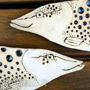 beżowe ceramika użytkowe nakrapiana b - ceramiczna ryba na