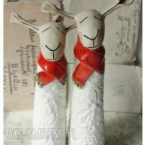 gustowne ceramika owce w czerwonych szalikach