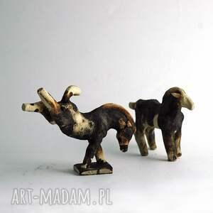 brązowe ceramika figurki para stylizowanych koni - unikatowa