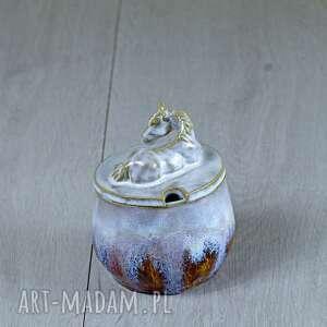 ceramika na prezent urocza cukiernica z figurką konia