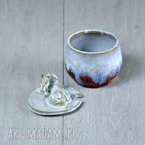 hand made ceramika na prezent wytoczona na kole (pojemnik) z jasnej gliny