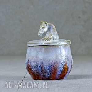 cukiernica ceramika pomarańczowe urocza z figurką konia