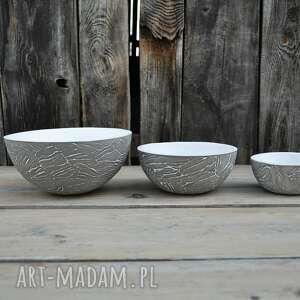 ciekawe ceramika zestaw trzech mis z szarej gliny