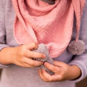 różowe chustki i apaszki chusta muślinowa pink pompom