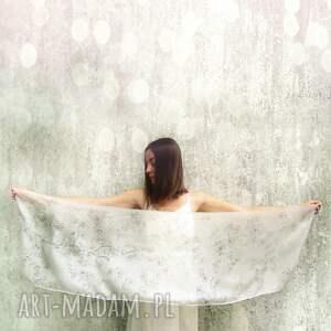 trendy chustki i apaszki sakura minimalistyczny biały szal malowany