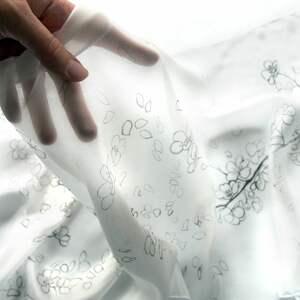 chustki i apaszki: Minimalistyczny biały szal malowany na naturalnym jedwabiu w kwiaty wiśni jedwabny